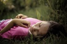 jeune-femme-sieste-dormir-allongée-herbe-nature-images-photos-gratuites-1560x1040